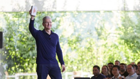 tim_cook_billionth_iphone-768x434